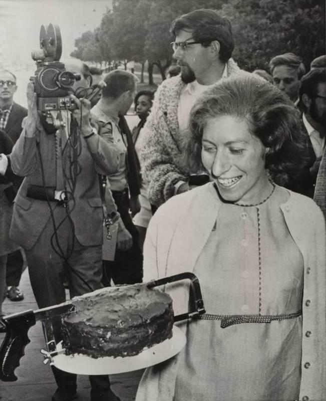 RVPM Aptheker Photo her with cake/saw