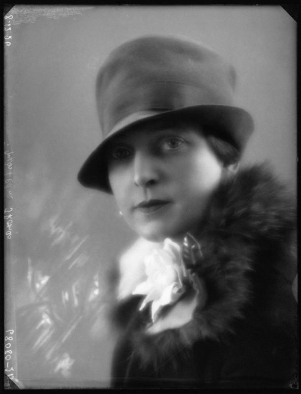 Edna Thomas Portrait